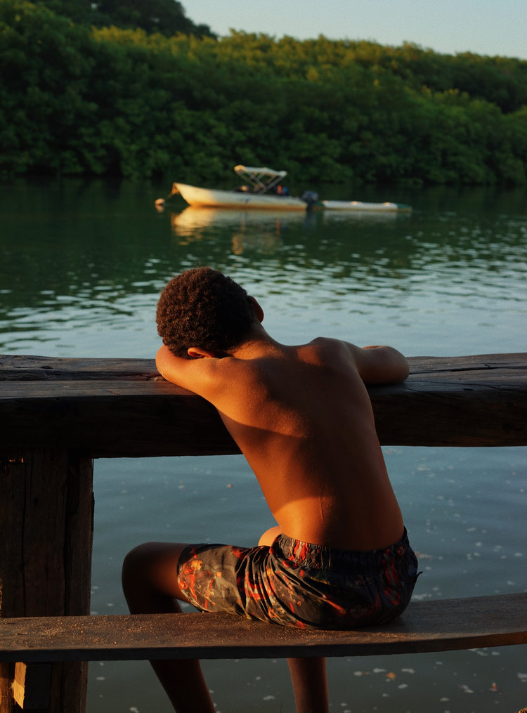 Portrait couleur d'un garçon à Caraiva, Brésil par Pia Riverola