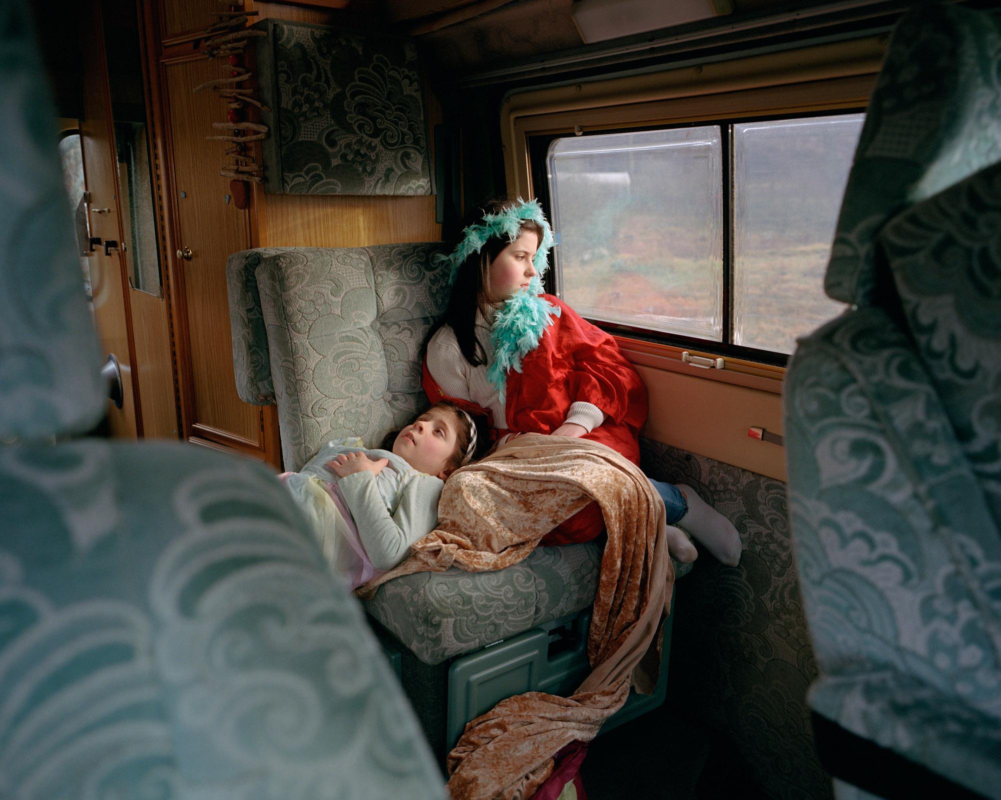 Photographie couleur de 2 enfants dans une caravane, 2e prix du concours People