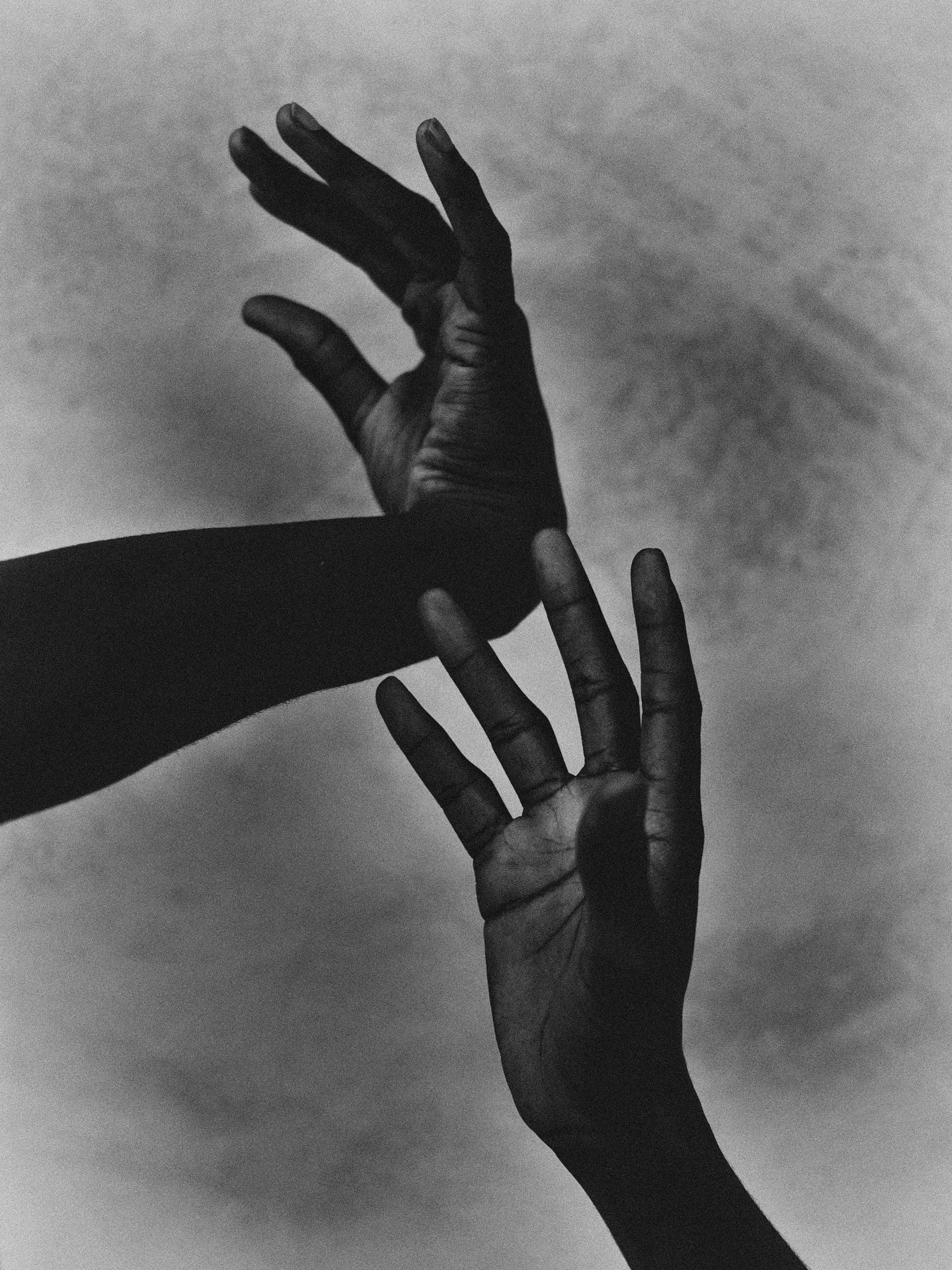 Fotografia in bianco e nero di Bastiaan Woudt, mani