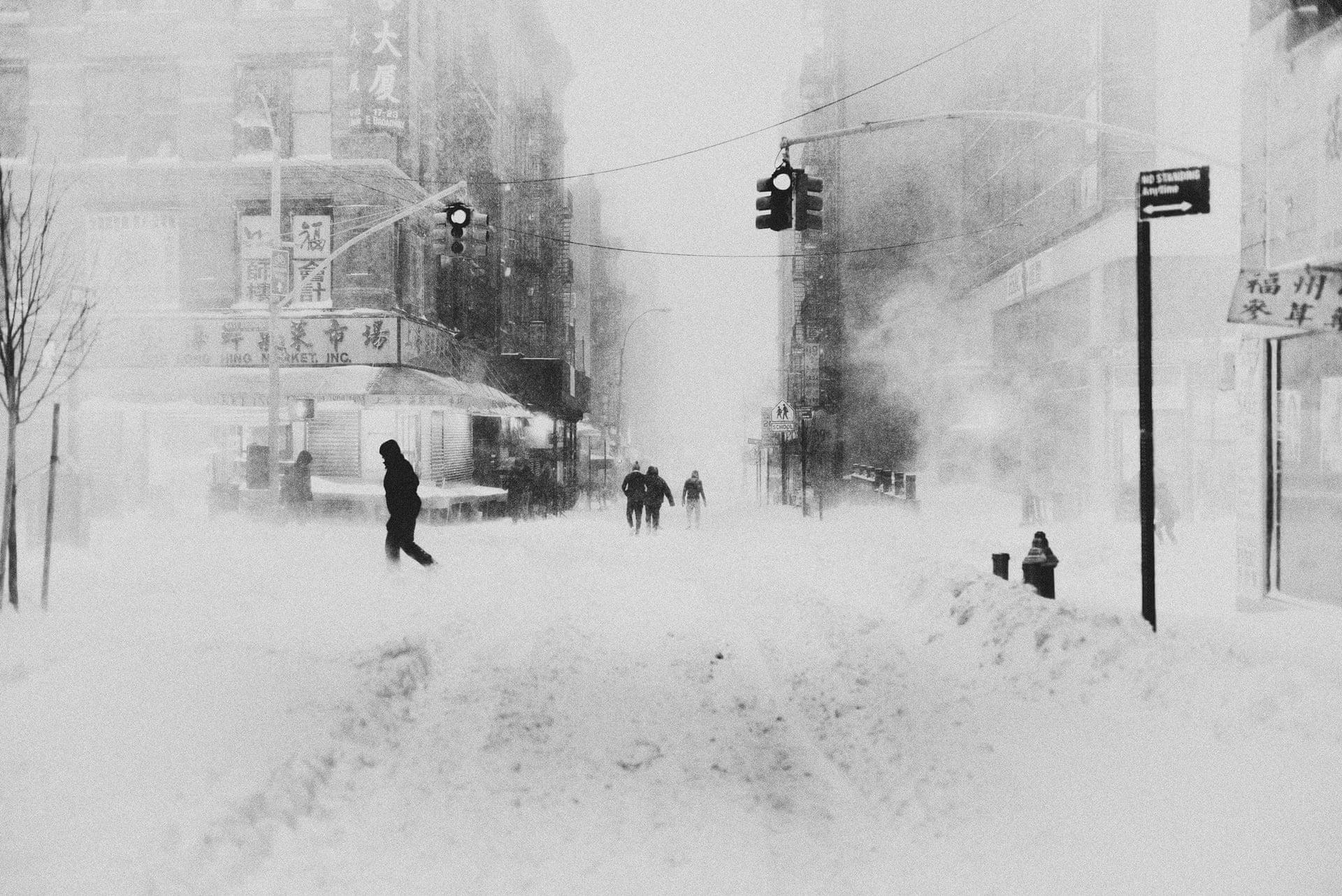 Black & white fotografia di Bastiaan Woudt Le strade di New York City in una bufera di neve