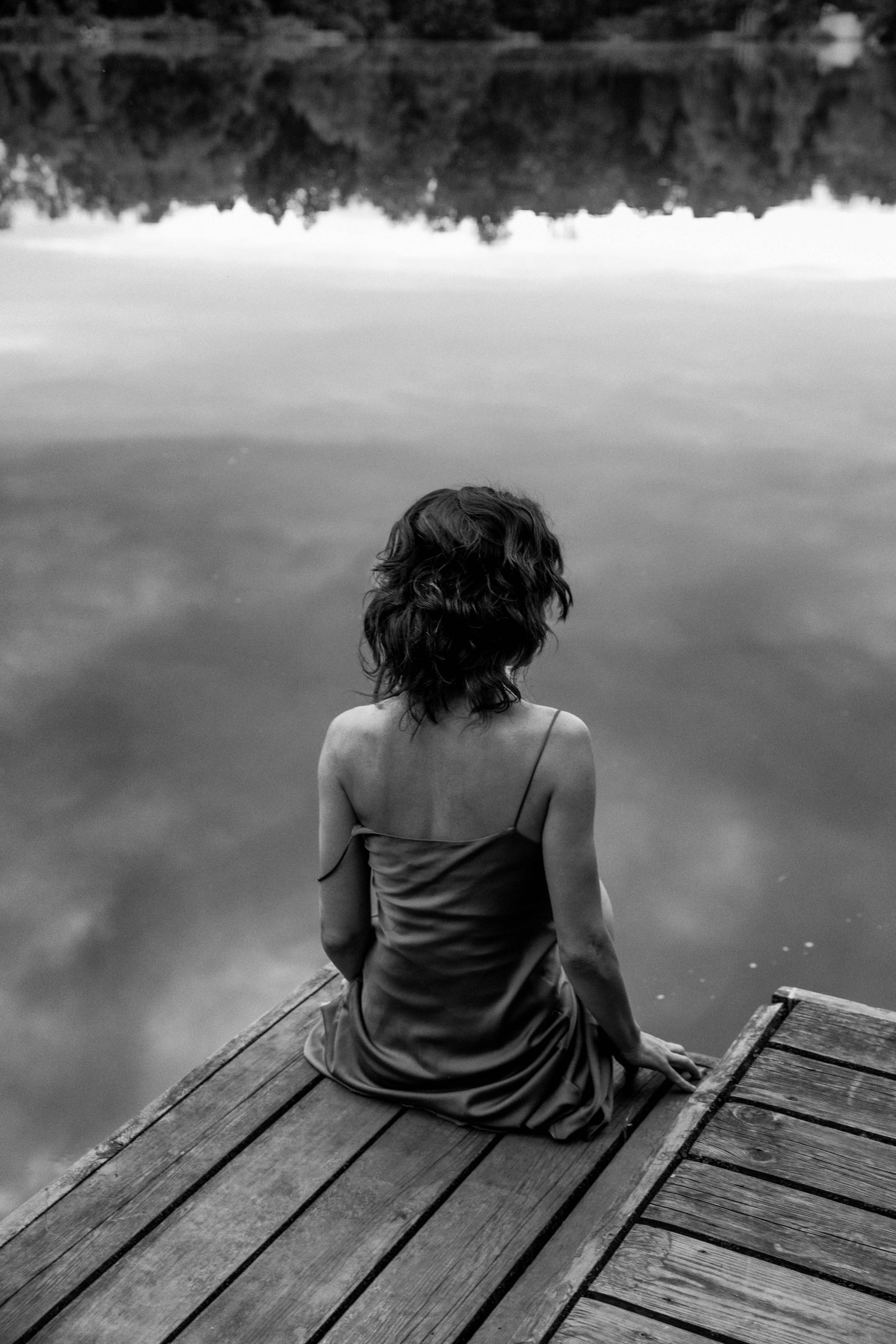 Black & white photograph, portrait, body, woman, outdoor, fashion