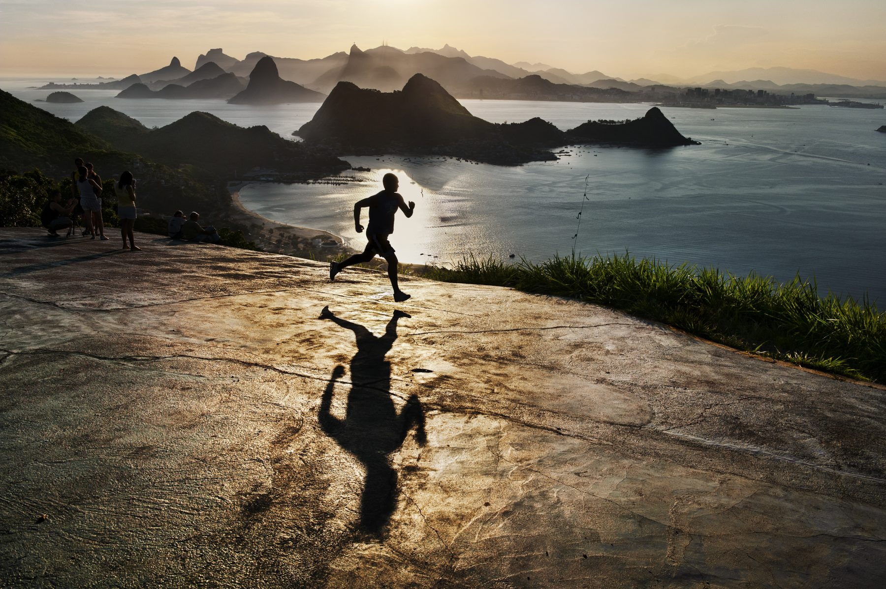 Steve McCurry Rio de Janeiro, Brésil, homme qui court à l'aube.