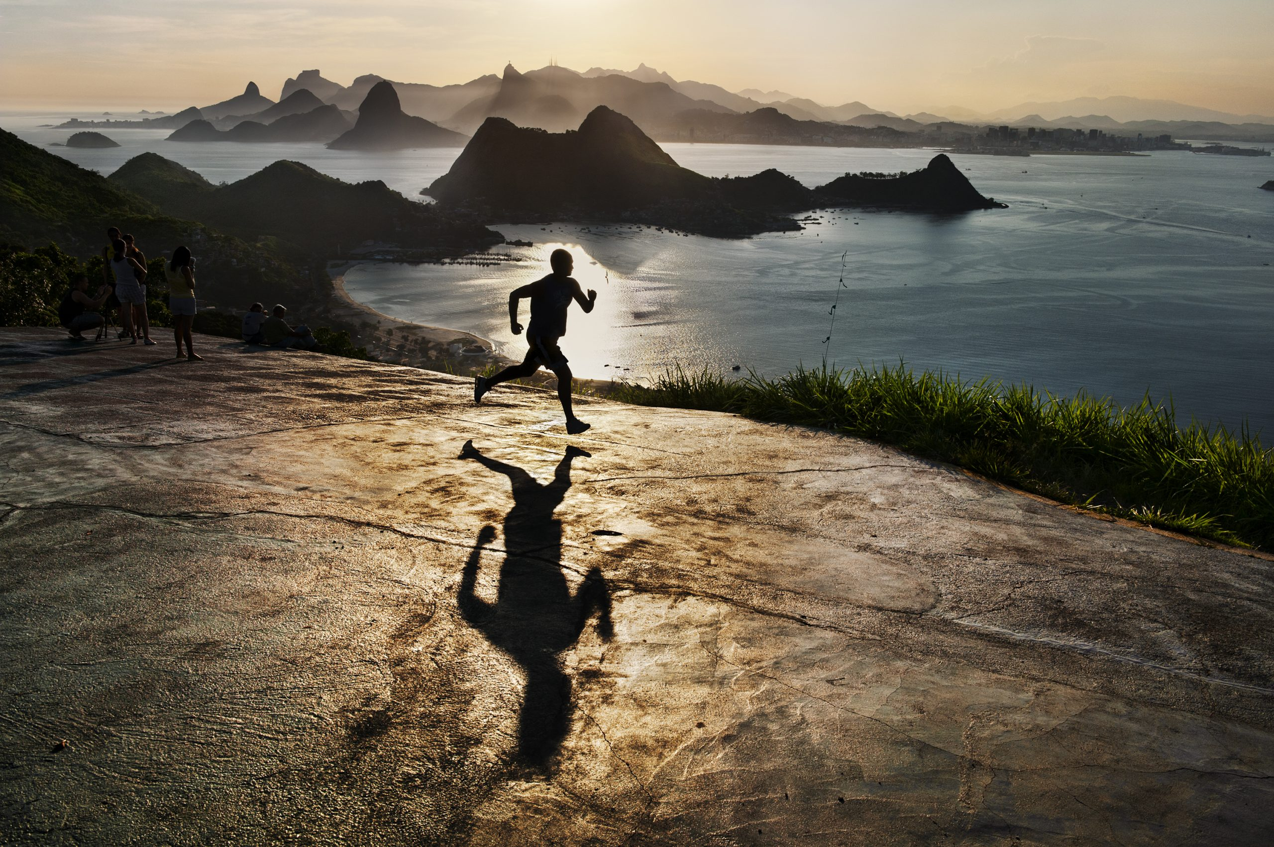 Steve McCurry巴西里约热内卢,黎明时分奔跑的人。