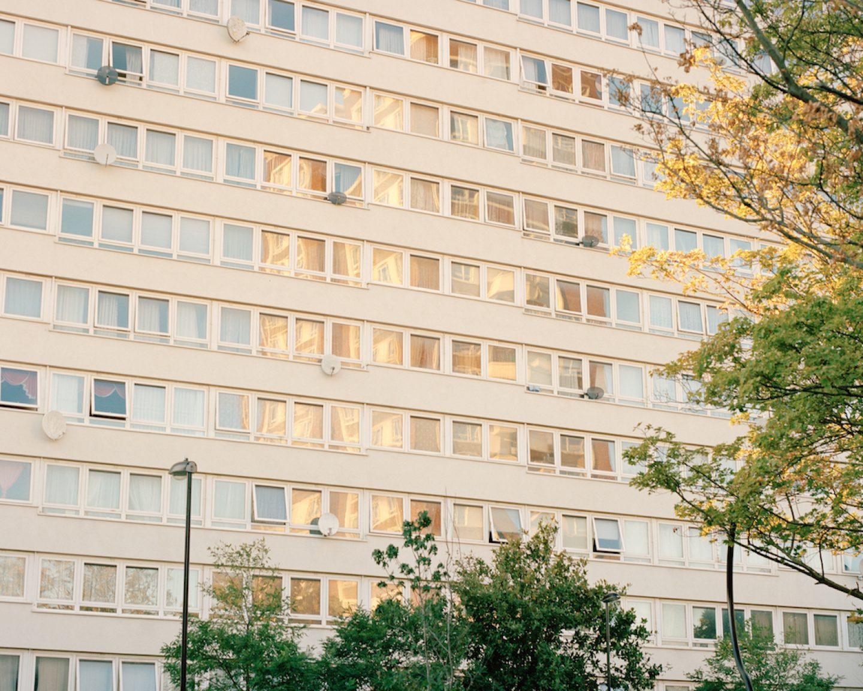 Farbfilmfotografie von Cian Oba-Smith, Stadtbild, Gebäude, England, Straße