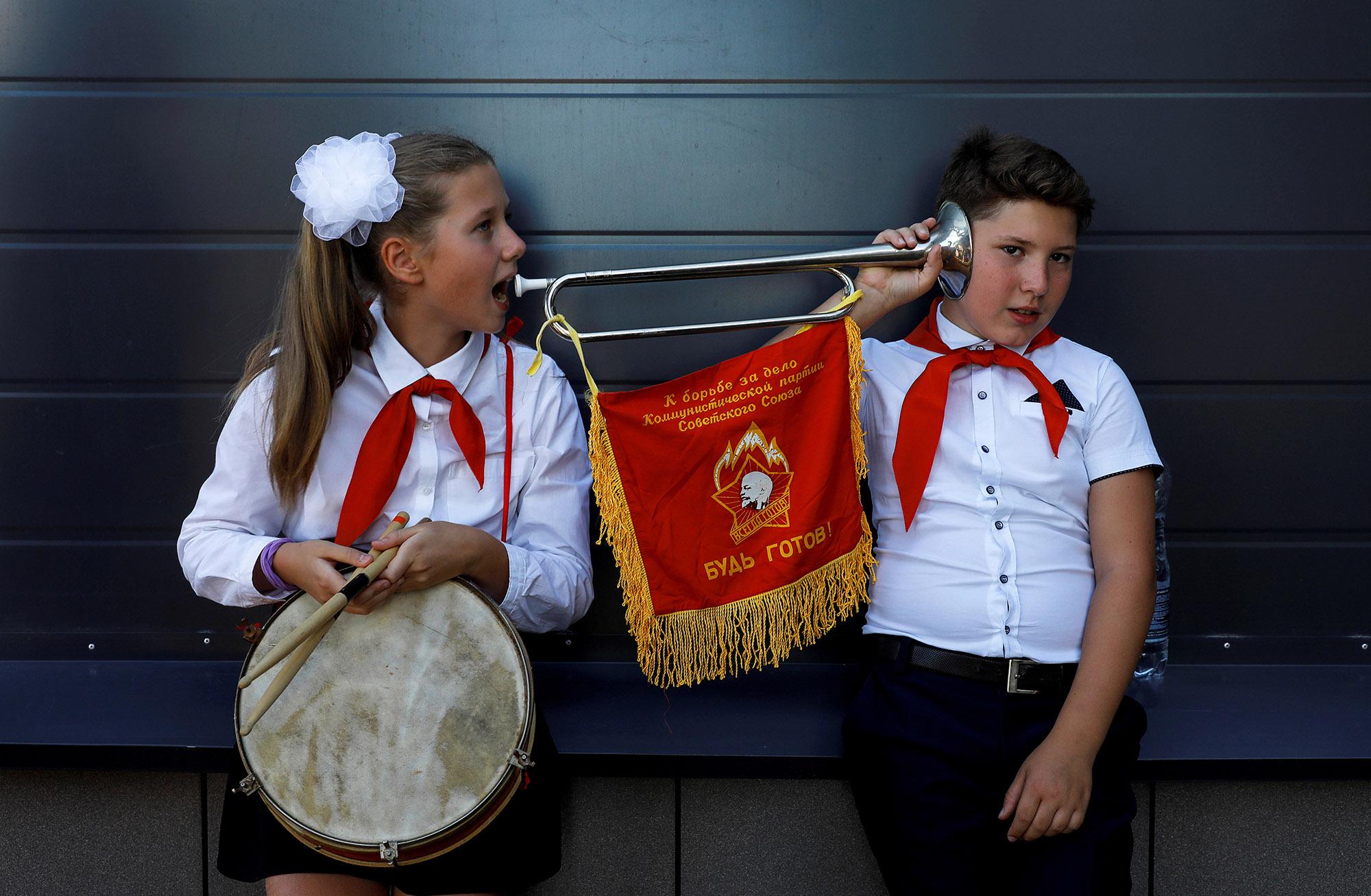 2个带喇叭的孩子的肖像彩色照片,决赛入围者