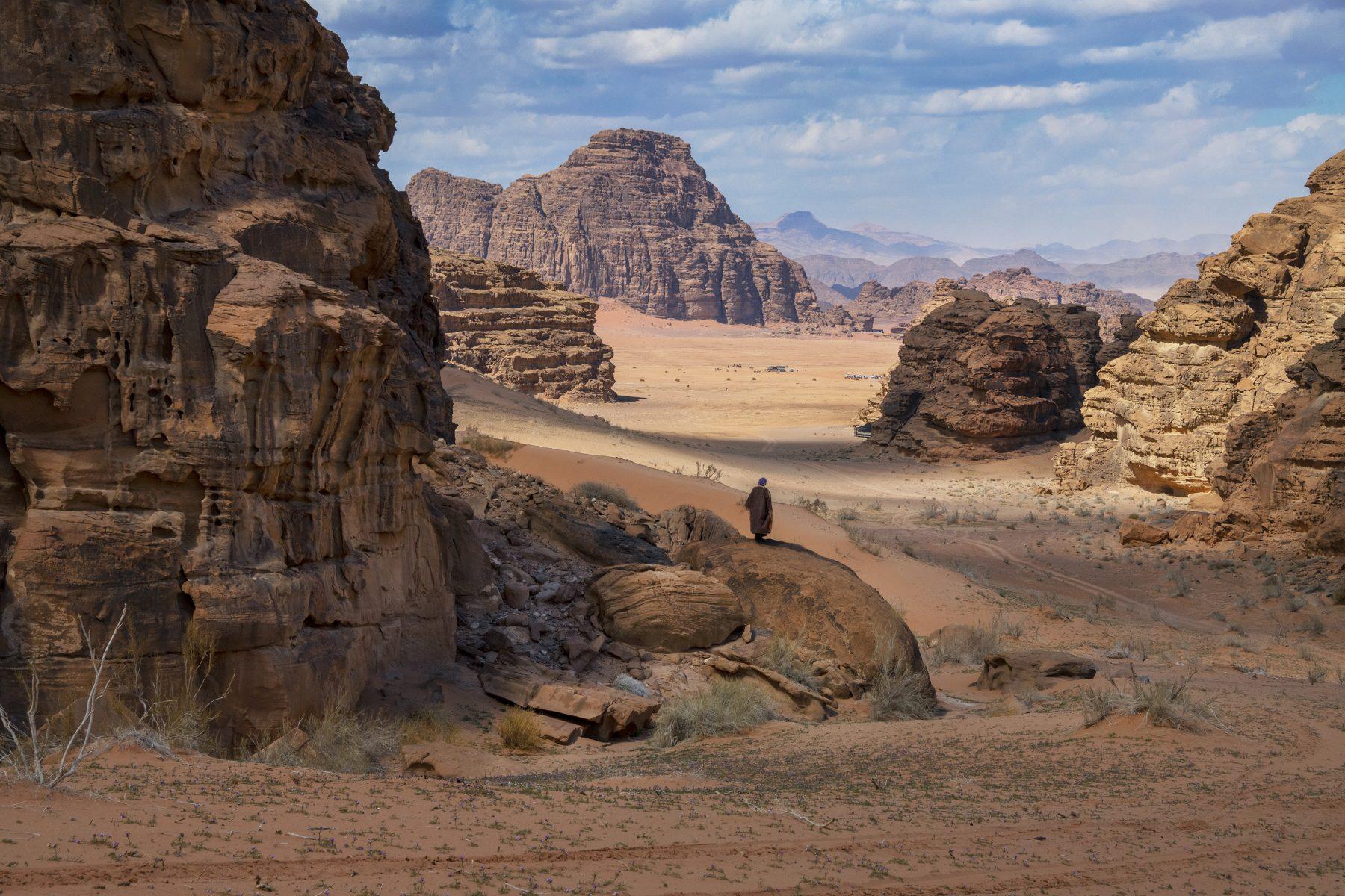 Photographie couleur par Steve McCurry, Wadi Rum, Jordanie, montagnes, formations rocheuses