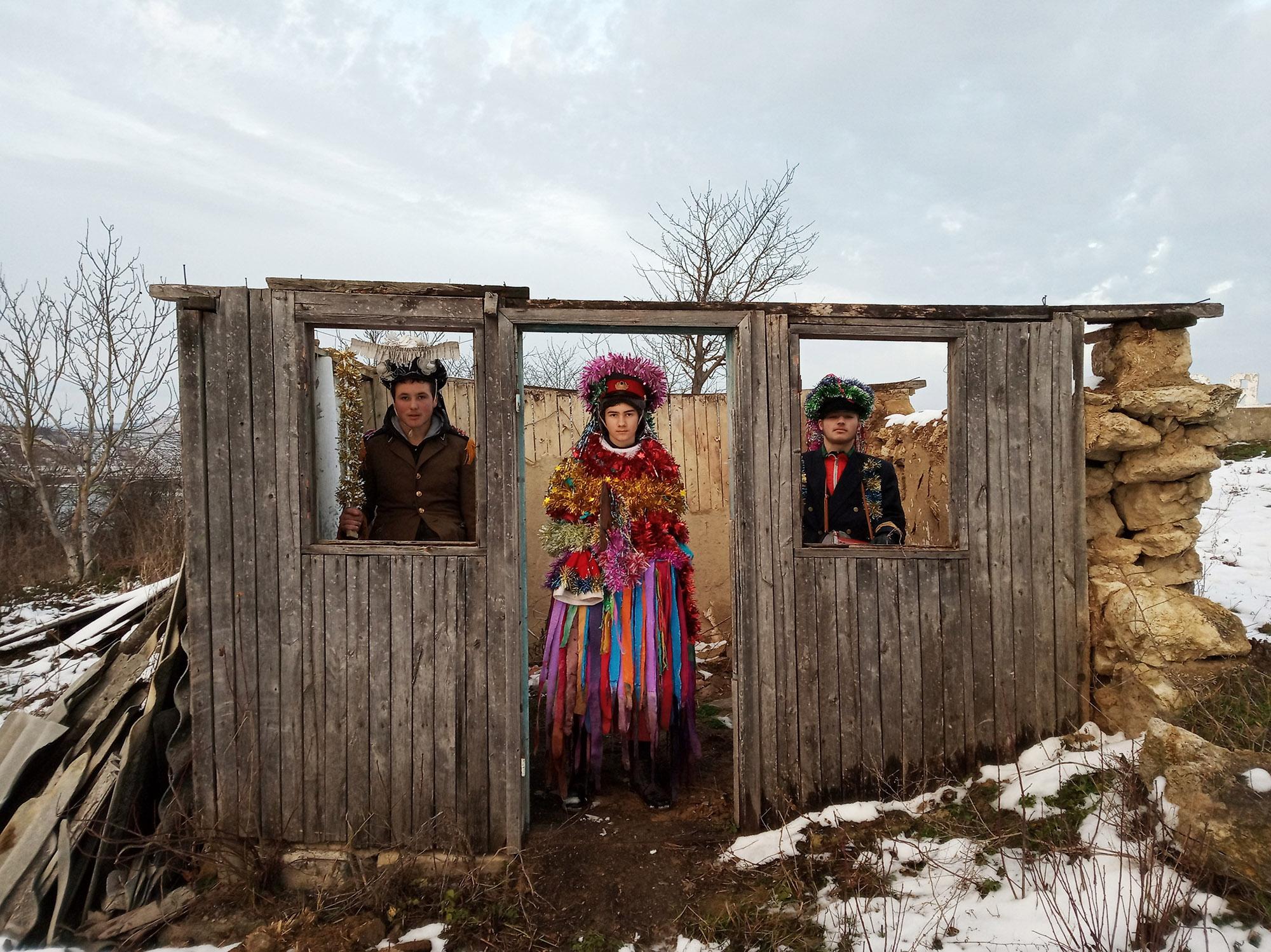 彩色照片,三位穿着戏服的人,入围人大赛