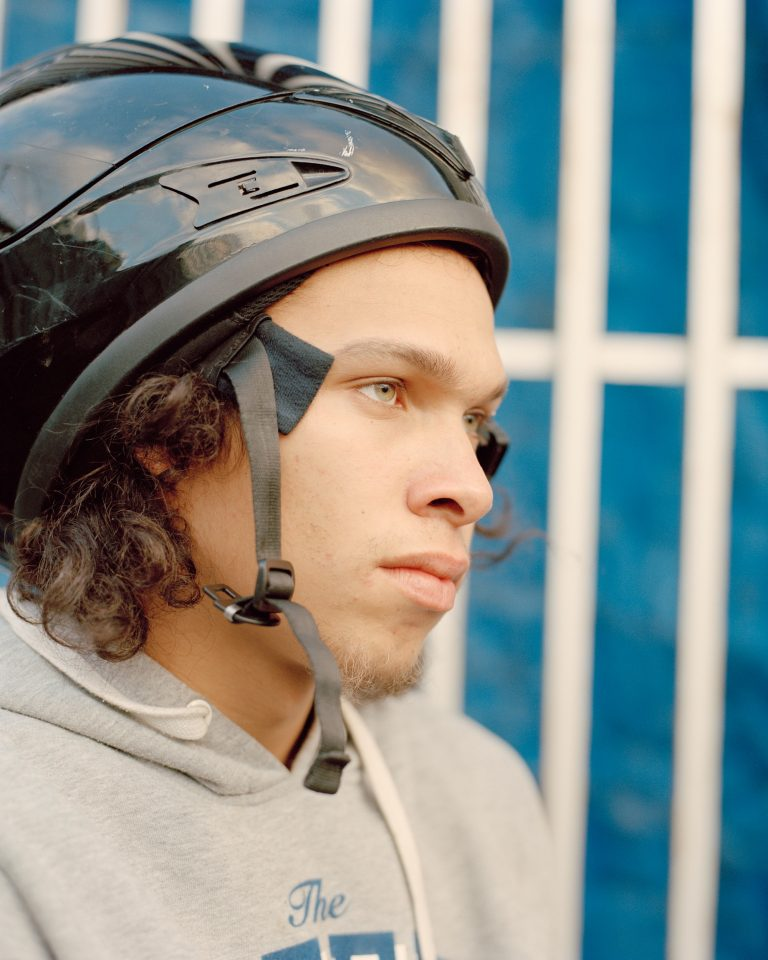 Farb-, Filmfotografie-Porträt von Cian Oba-Smith Teen, Jugend, Motorrad, London