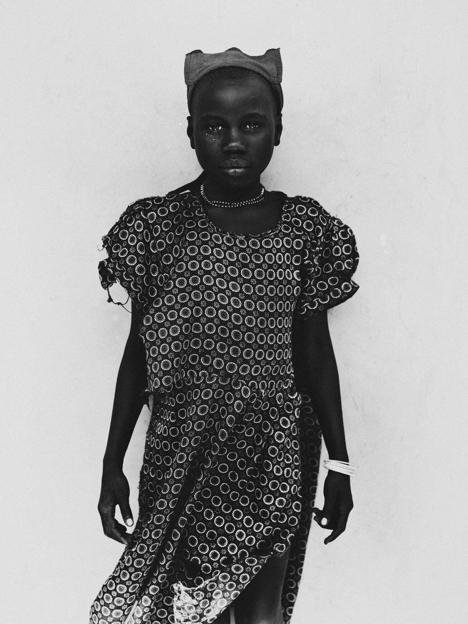 Black & White Fotografie von Bastiaan Woudt, Mädchen, Uganda, Porträt, Afrika, aus seiner Serie Mukono