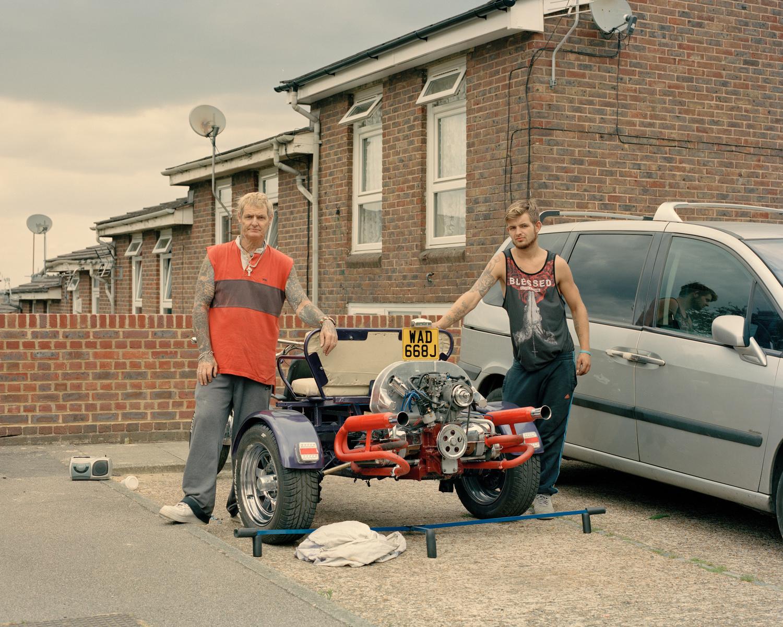 Farbfilmfotografie von Cian Oba-Smith, Porträt, Männer, England, Straße