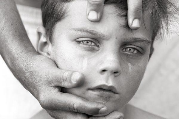 Photographie de portrait en noir et blanc d'un jeune garçon par Felice Douglas