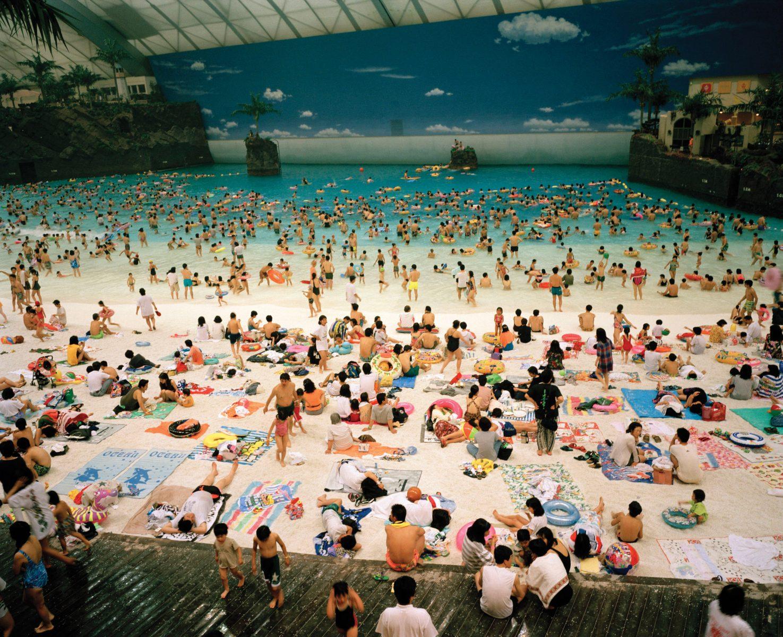 Martin Parr photographie couleur People dans une piscine sur le thème de beath, Japon
