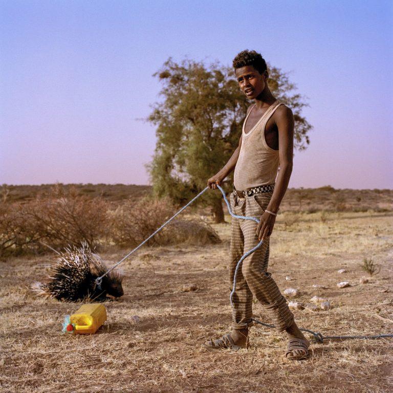 Photo couleur, homme, animal de compagnie, Somalie par Nichole Sobecki