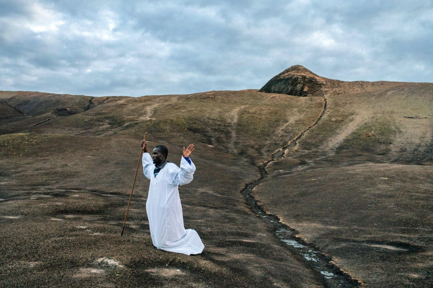 Photographie couleur de Nichole Sobecki, montagnes Domboshawa, Zimbabwe, prières