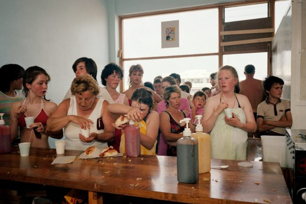 Photo couleur de Martin Parr, les gens font la queue pour le thé et les hot-dogs. De The Last Resort 1983-85
