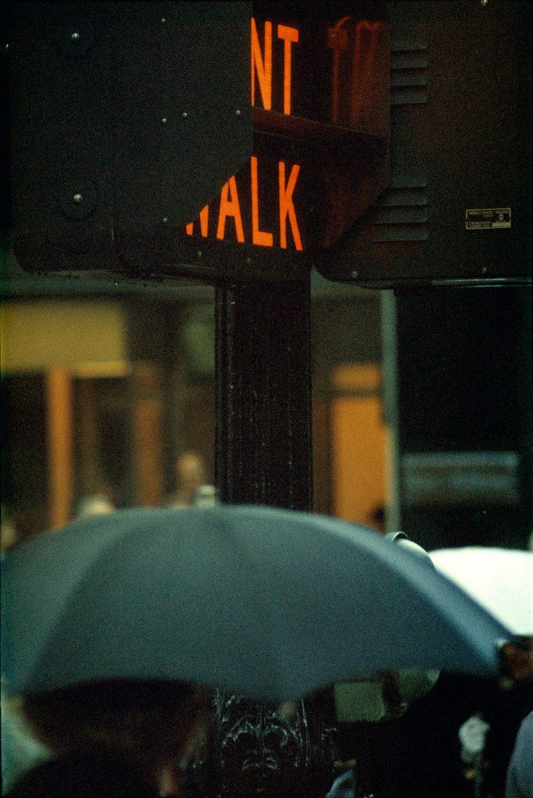 Photo couleur par Saul Leiter, parapluie, feux de circulation, NYC