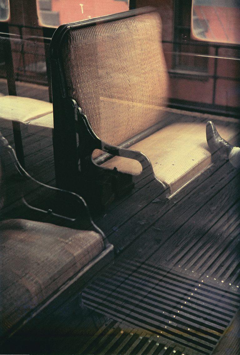 Photo couleur de Saul Leiter, fenêtres, pied de réflexion sur les sièges d'autobus