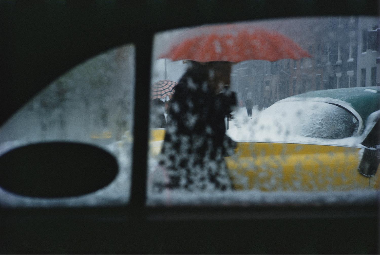 Photo couleur par Saul Leiter, parapluie rouge, neige, fenêtre, NYC
