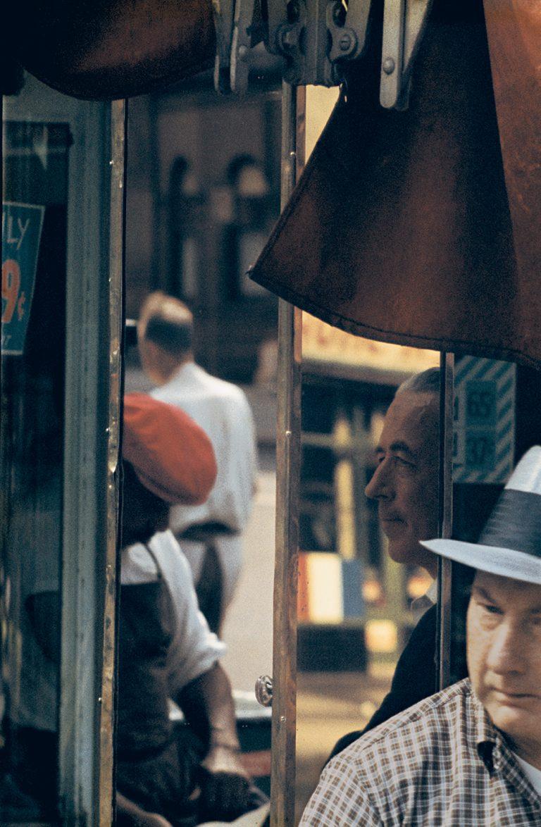 Photo couleur par Saul Leiter, hommes, cireur de chaussures, reflets, NYC