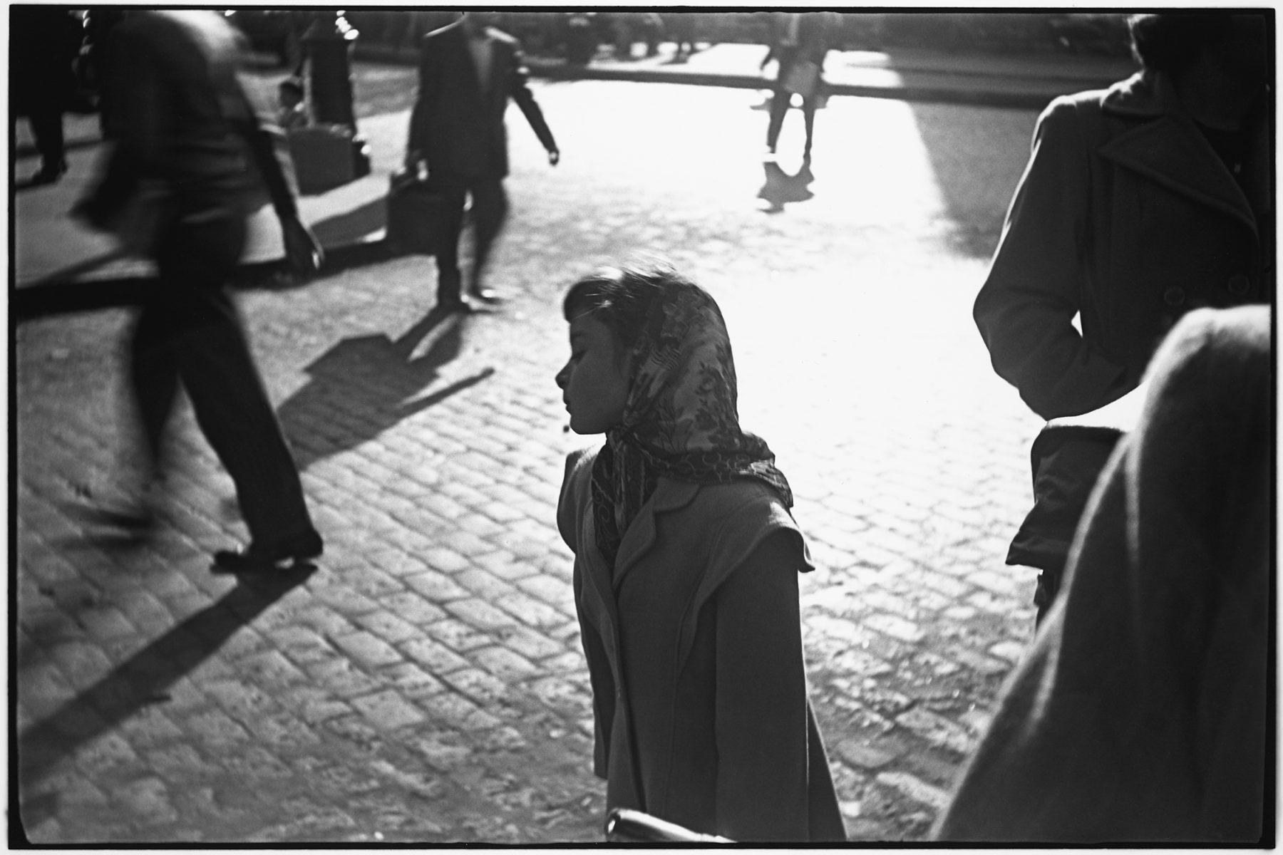 Photographie noir et blanc par Saul Leiter, fille au foulard, rues, ombres