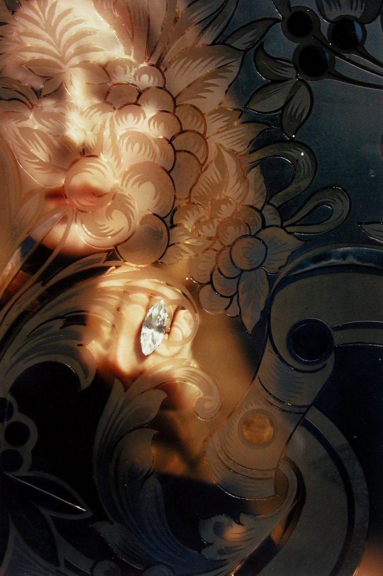 Photo couleur de Saul Leiter, femmes regardant à travers le verre
