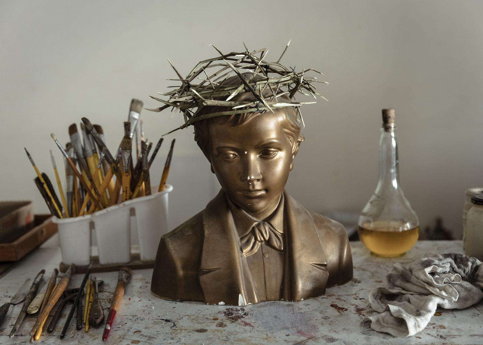 Fotografía en color de Gui Christ, modelo con corona de espinas, pinceles, São Paulo
