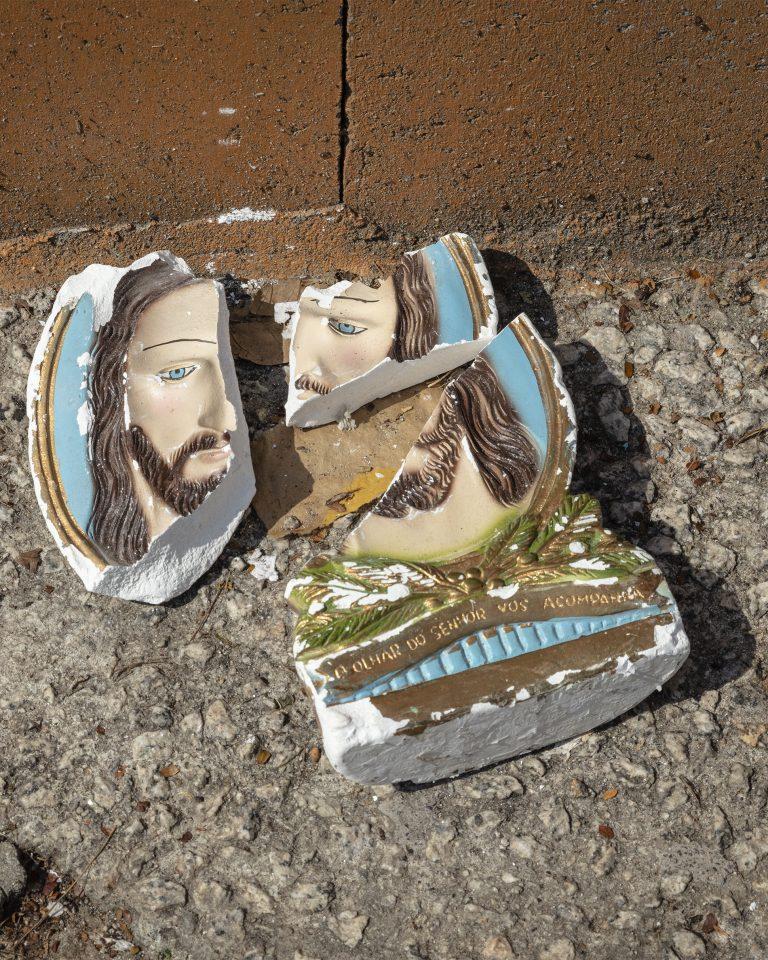 Fotografía en color de Gui Christ de su serie Fissura. Imagen de cerámica rota de Jesucristo, São Paulo