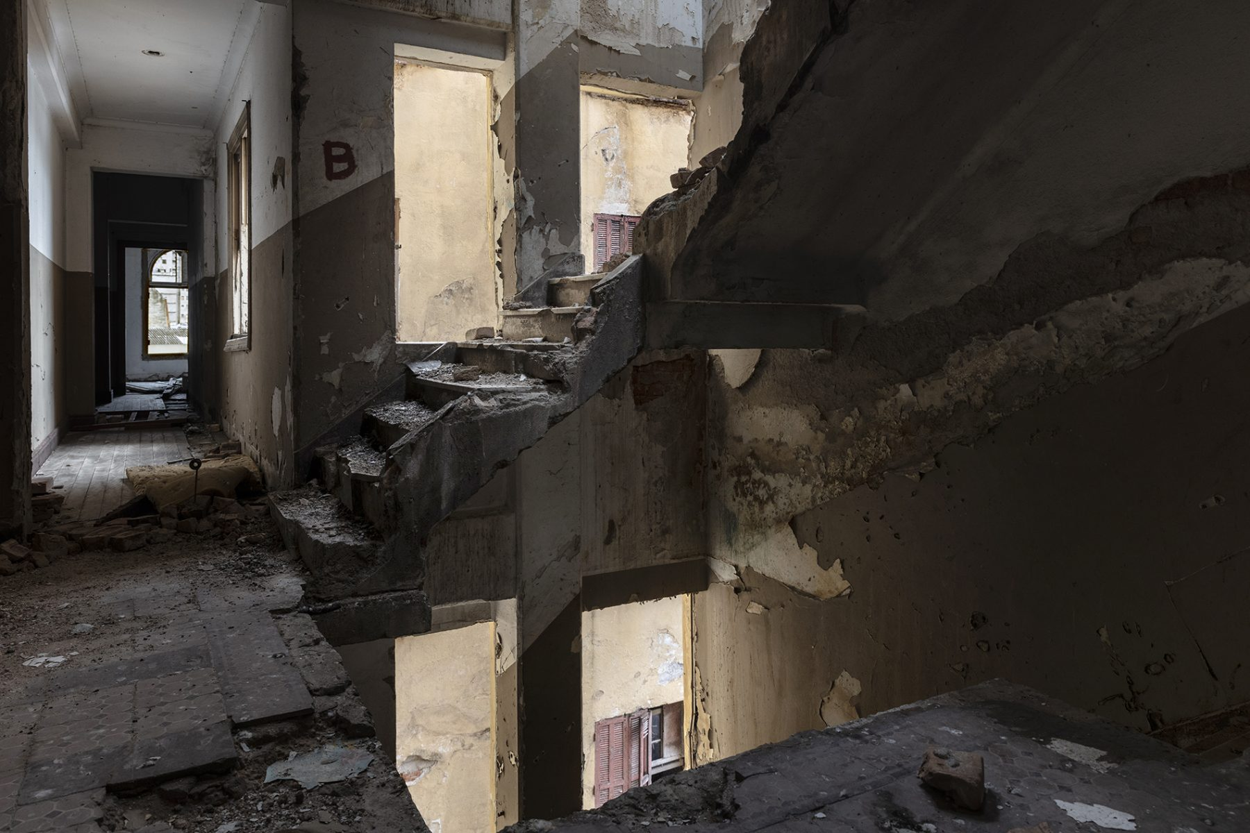 Photo couleur de Gui Christ de sa série Fissura. Une maison en décomposition abandonnée à São Paulo