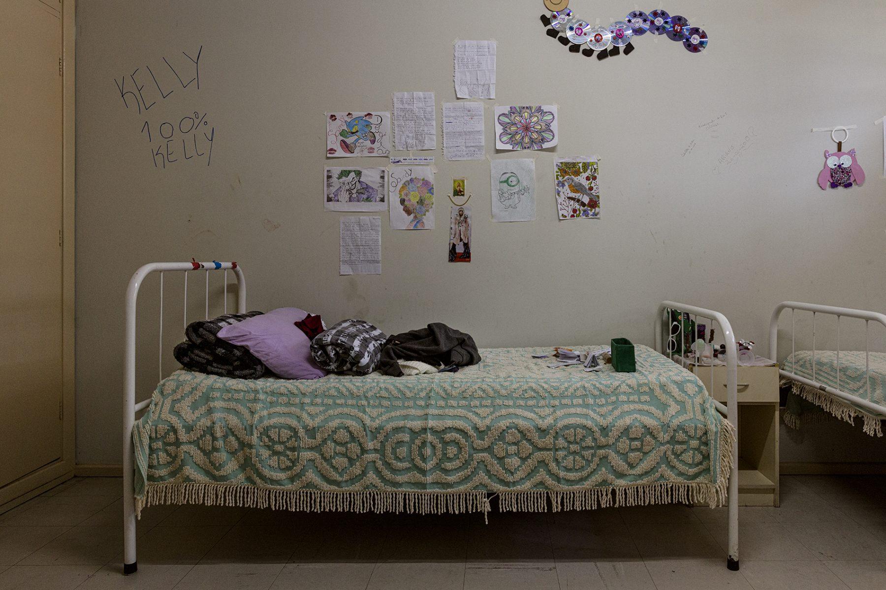 Fotografía en color de Gui Christ, dormitorio con dibujos y pinturas y graffitis en la pared