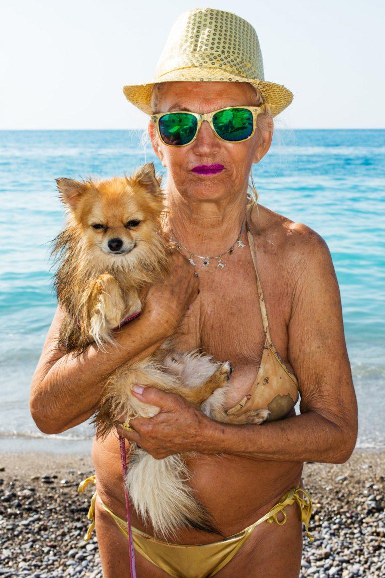 Martin Parr portrait de photographie couleur, femme sur la plage avec bikini et chien d'or