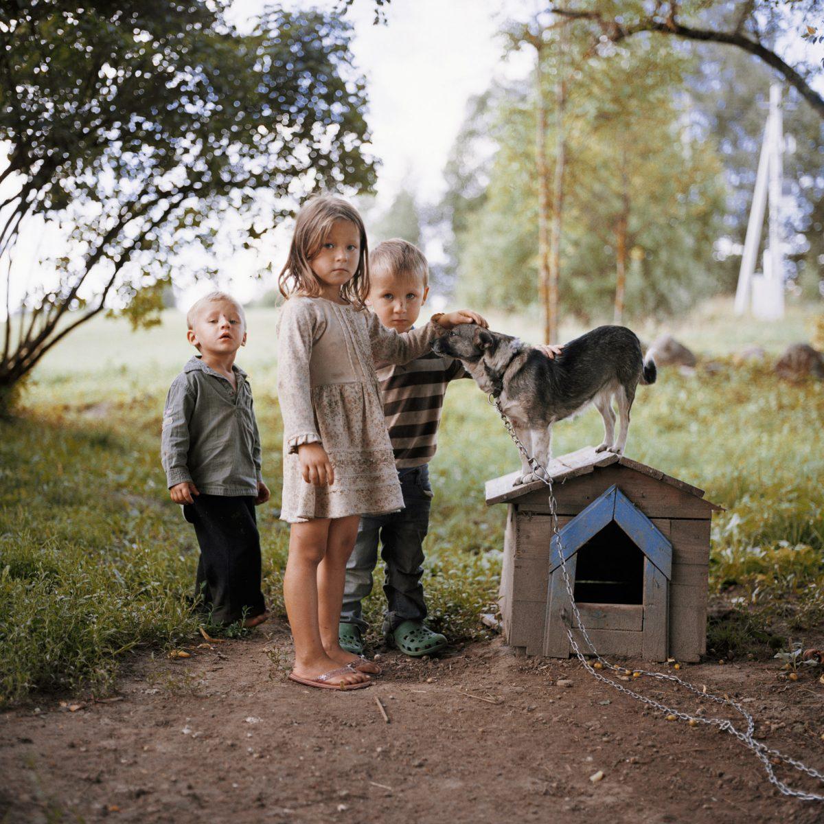 Photo couleur de Tadas Kazakevičius, de Soon to be Gone, enfants jouant avec un chien