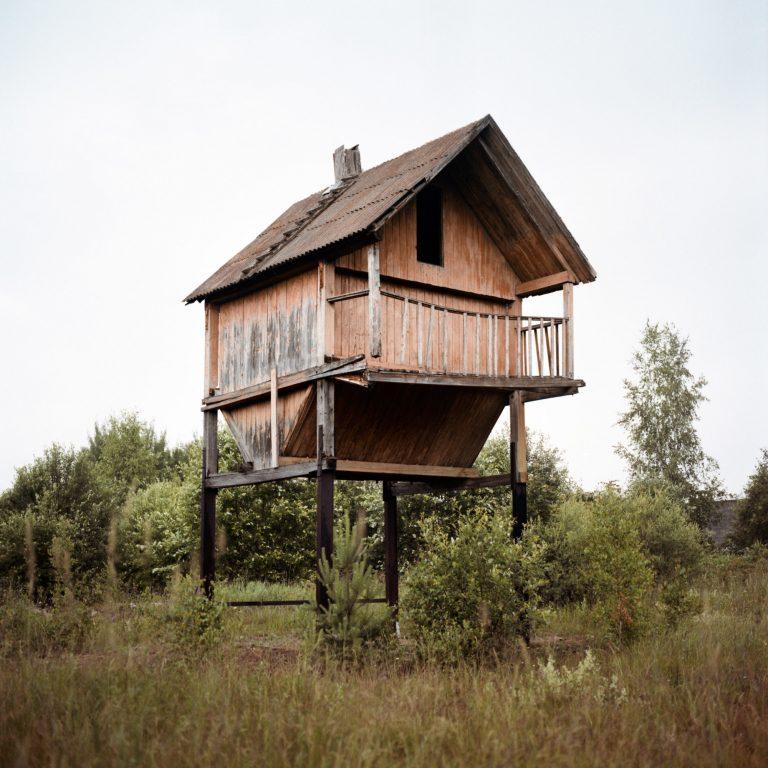 Photographie couleur de Tadas Kazakevičius, de Soon to be Gone bâtiment abandonné, champ, arbres