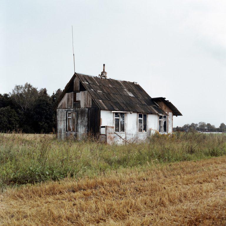 Photo couleur de Tadas Kazakevičius de Soon to be Gone, maison abandonnée, champs