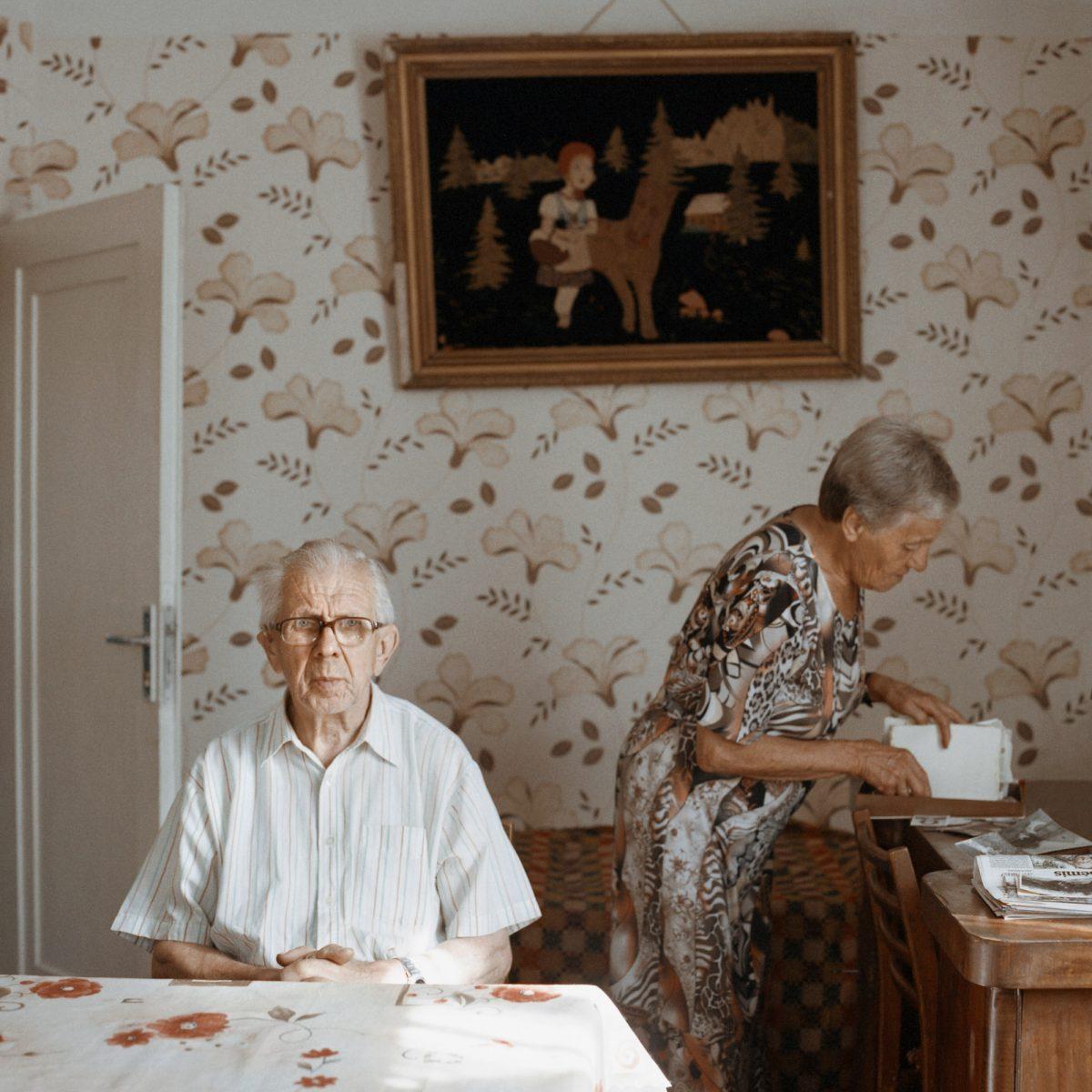 Photographie couleur de Tadas Kazakevičius, de Soon to be Gone portrait, homme âgé et femme à la maison, fond d'écran
