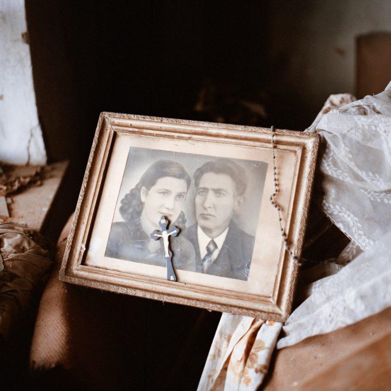 Photo couleur de Tadas Kazakevičius de Soon to be Gone, portrait abandonné, chapelet