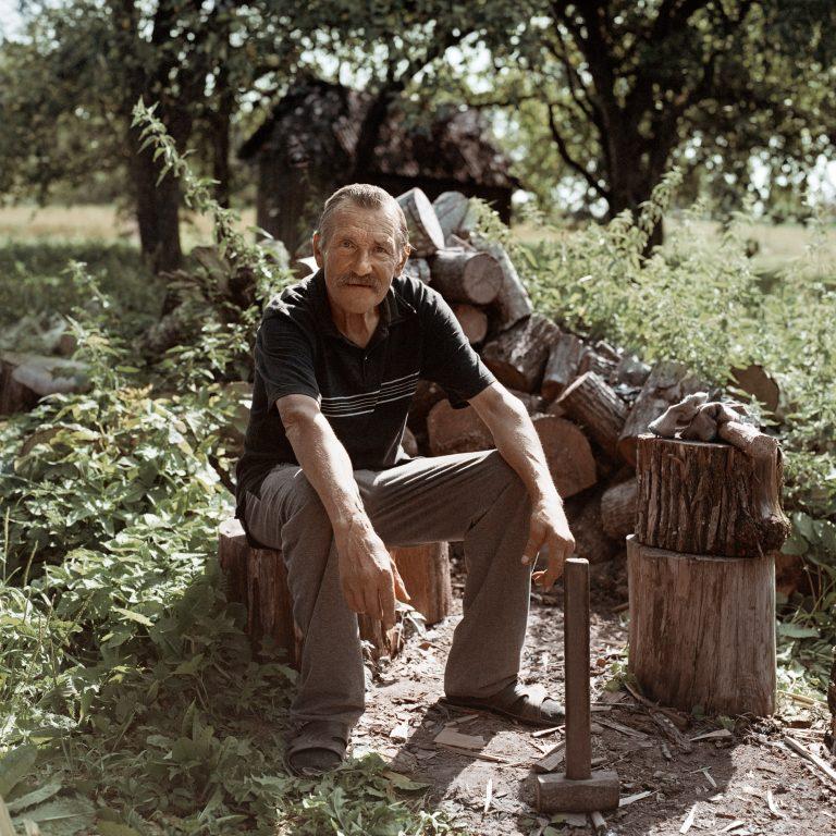 Photographie couleur de Tadas Kazakevičius, de Soon to be Gone portrait, couper du bois, des arbres