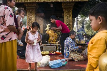 fotografia a colori di persone in un tempio buddista scattata a Siem Reap, Cambogia da Florian Lang