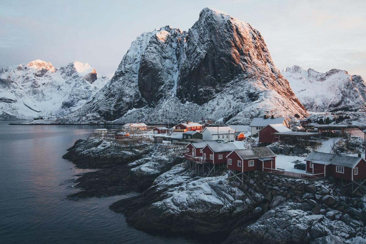 Photo de paysage par Hannes Becker, village côtier Lofoten Norvège