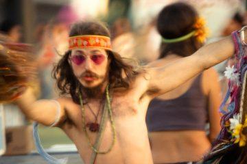 Foto a colori di Marcus Haney, appassionato di musica al festival. Dal libro FANATICS