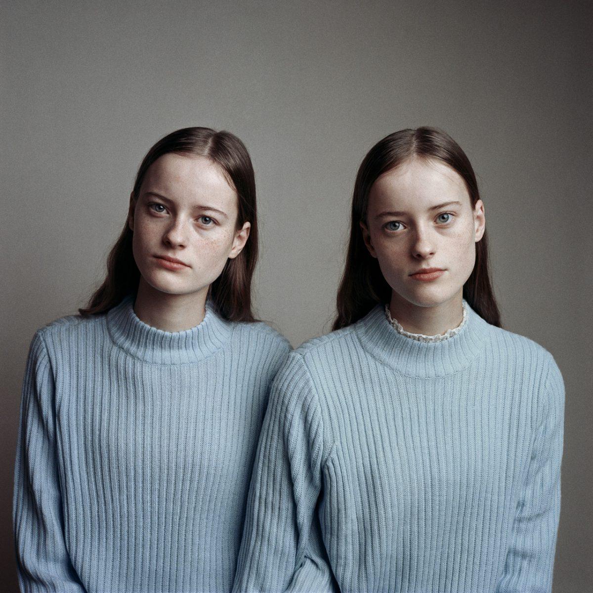 Photographie de portrait couleur par Maarten Schröder, jumeaux, filles