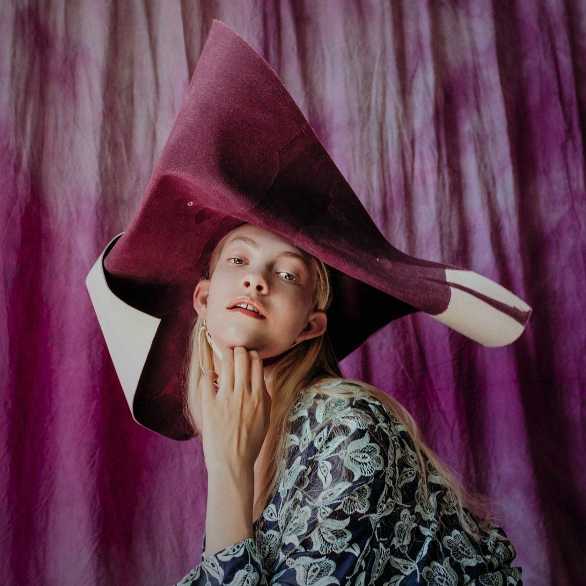 Photographie de portrait couleur par Maarten Schröder, mode, fille, chapeau, violet