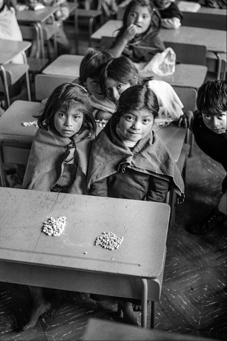 Black and white photo by Xavier Roy, children in school, Ecuador