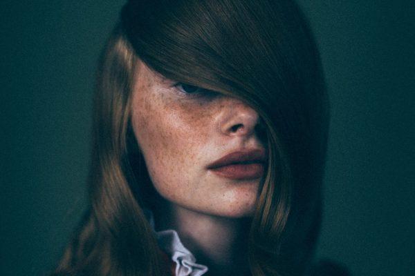 米歇尔·马歇尔(Michelle Marshall)的年轻女子的彩色电影肖像照片
