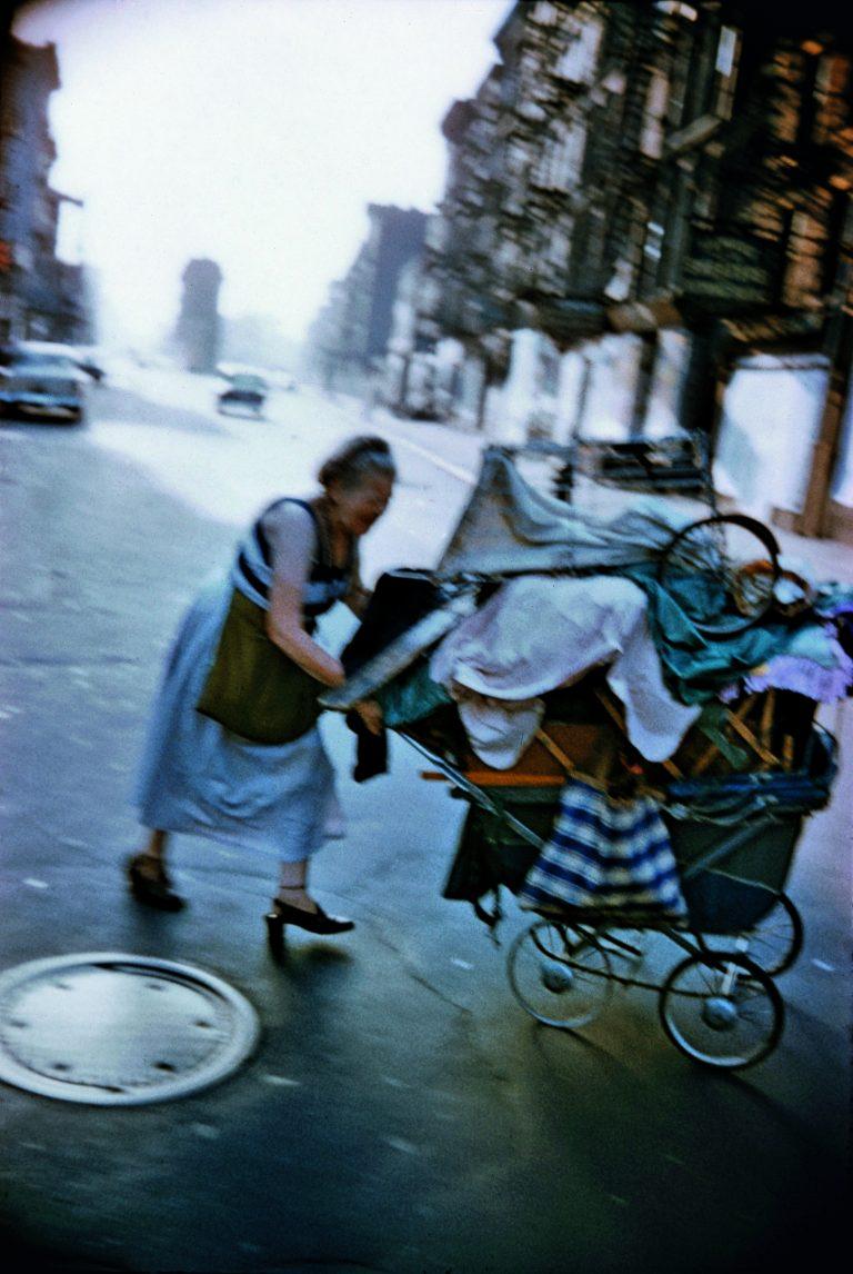 纽约市布鲁斯·戴维森 (Bruce Davidson) 拍摄的彩色照片, street photography, 下东区, 1957