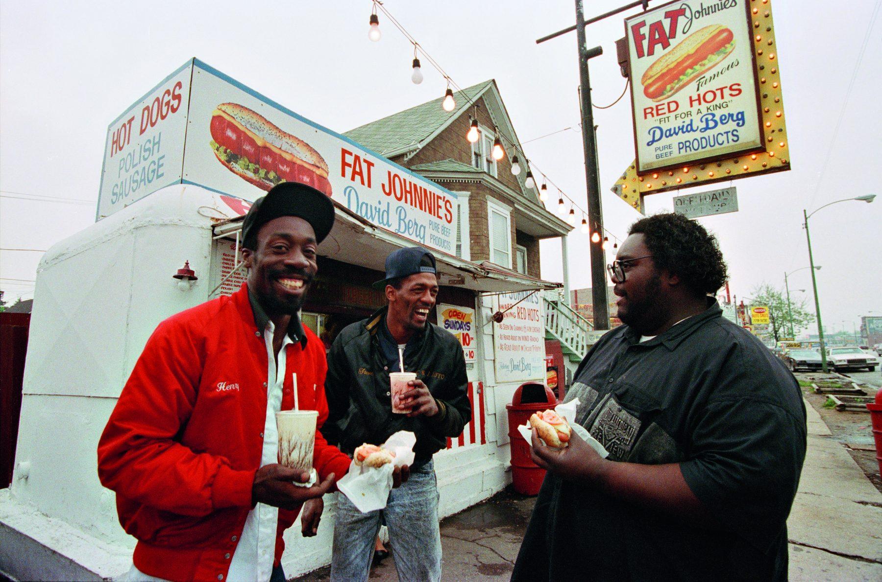 布鲁斯·戴维森 (Bruce Davidson) 拍摄的彩色照片,非裔美国人在芝加哥街头吃饭