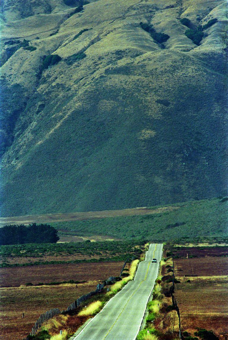 布鲁斯·戴维森 (Bruce Davidson) 拍摄的彩色照片,美国加利福尼亚州太平洋海岸公路,1993 年